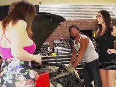 Sara Jay y Dava Foxx manejar dos pollas en el garaje!