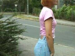 dulce calor rojo chica meando en público