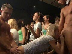 Montones de sexo grupal en la pista de baile. Toneladas de sexo grupal en los trabajos de soplado de la pista de baile de rubias con esperma en la cara