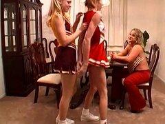 Tres lesbianas rubias pigtailed depravadas lamen coños del otro
