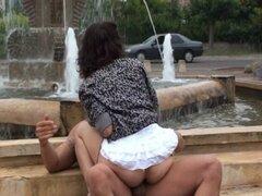 Trío de sexo en público por una fuente
