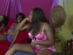 Embarazadas lesbianas negras juegan con sus coños con los dedos y juguetes