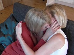 Madre madura folla a su amiga lesbiana madura