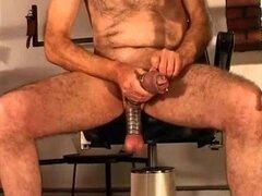 Hombre maduro disfruta de polla y bolas de castigo sexual. Rona es torturar a su marido sumiso s dick y bolas con camillas, bombas y otras herramientas en este video BDSM.