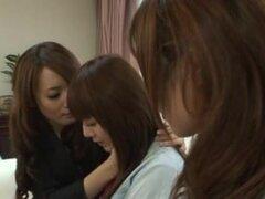 Deliciosas chicas japonesas en divertido grupo de lez orgásmica, chica japonesa tetona caliente de un fumar obtiene dos putas Jap para tratar su coño hasta que ella esté completamente realizado y feliz.