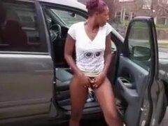 Negro chica burla de su coño en la calle, ella se encuentra fuera del coche con la puerta abierta y utiliza un vibrador en su coño, mirando arriba y abajo de la calle para asegurarse de que nadie se acerca. Ella obtiene un poco más audaz y tiras completam