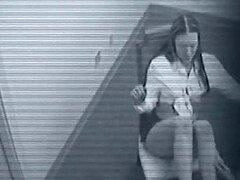 Esta chica da un show tira a algún loco en la cam de seguridad