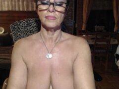 abuela tetona en una franja de wery caliente jugar con un dildo