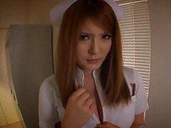 Cachonda enfermera Asiatica de enormes tetas jugosas ama sentir una polla dura en su boca