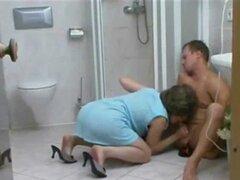 MILF madurita seduce en la ducha