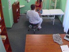 Sandra en Busty milf sexy se la follan en la mesa de examen después de pulsar un reparto picantes - FakeHospital, mi siguiente paciente era querer una recomendación de uno de mis colegas sobre algunas viejas cicatrices. La enfermera había reservado la cit