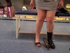 . Bajo la falda en pública. . Bajo la falda en pública