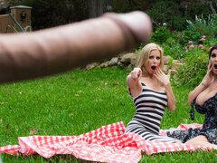 Alexis Fawx Romi lluvia Keiran Lee en pervertido en el Parque - Brazzers, dos mamás calientes están disfrutando de una tarde en el parque cuando su diversión de repente se detuvo. Pervertido hobo Kieran es tener el tiempo de su vida espiando a Alexis y Ro