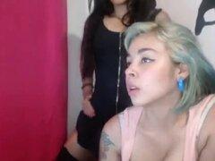 Latinas tetonas lesbianas muestran sus tetas. Latinas lesbianas tetonas muestran sus tetas