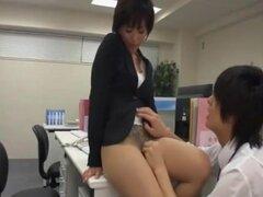 Señora de la oficina masturbarse en la oficina con co-worker2