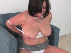 Madre madura tetona en bragas blancas y medias