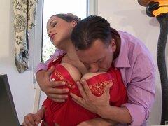 Pecho grande Terry Nova seduce a un amante insaciable - Terry Nova la miel