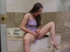 joven peluda recibe a no su papá en el baño,