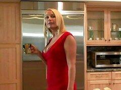 Mellanie Monroe chupa y monta un pinchazo duro en la cocina