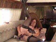 Abuela gorda masturbándose en un yate. Mujer madura juega con su coño peludo grande