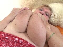 Tetas enormes, culo gordo y coño insasiable. Abuela Brunhild