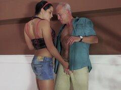 Gritos de niña con polla senior en ella, seductor, Diore, llega a tener sexo salvaje con un hombre mayor, que tiene su dong todo se agrieta profundamente en su cereza depilada hasta un gran final facial