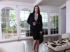 Busty MILF Angela White disfruta del fetichismo de pies con su compañero