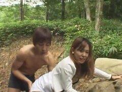 Chica amateur bastante asiáticas chica es follada en el parque por su novio. Hermosa chica asiática está esperando en el parque para su novio a verla para una fecha tarde. Él demuestra para arriba y hablar un poco antes pone cachonda y quiere ver sus teta