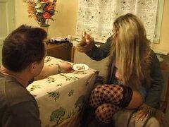 Gran coño lamiendo en edad joven porno, un cascarrabias muy pervertido toma una joven puta con su lengua en esta edad el joven video.