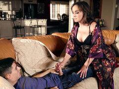 Cytherea decide ayudar a Jordi con su erección - pendeja