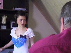 Joven sirvienta Verónica es follada por viejo Harry