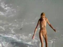 Follar chica flaca y sexo oral en la playa, chica flaca con tetas pequeñas y coño depilado tiene lamido antes de soplar su gran polla. Ella no puede manejar obtener follada por detrás, pero ella puede con sus piernas separadas.