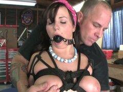 Desagradable y extraño Lindy Lane atados y torturados en el video BDSM