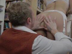 JoyBear Video: El tímido ratón de biblioteca, nos amamos par de alta calidad?? porno s en Joybear y en esta escena el propietario de una librería tímido, arranca el coraje para hacer un movimiento en Keith, en la sección de arte erótico. Ella tiene su opo