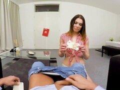 VR porno - mi Sexy Naughty Babysitter. En esta escena porno de VR estará en su casa junto con su niñera caliente de fumar