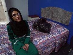 Arriesgarse con una chica árabe inocente muestra su dulce coño. Él vino a visitar a esta chica árabe en su habitación y no podía ignorar el hecho de que ella es hermosa, especialmente si desnudo Lucky fue capaz de convencerla y se puso a degustar su coño