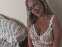 Abuela tetona atractiva en abierto de la faja y las medias