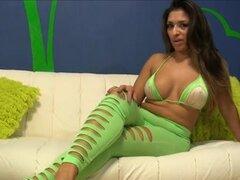 Curvy Latina muestra todos sus bienes malvadamente calientes, muy guapa y totalmente cachonda chica Latina muestra todos sus bienes en este solo chica video y se ve muy follable.