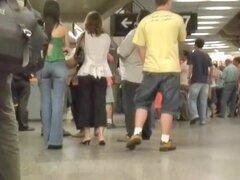 Tomas calle cándidos con una chica morena de culo caliente, esta chica Latina morena, vestida con un top verde y un par de jeans nos muestra un culo increíblemente redondo y firme. Este video calle Cándido nos ofrece sorprendentes imágenes de su culo sexy