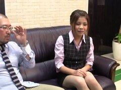 Hermosa Honami Uehara obtiene su coño digitación en una oficina