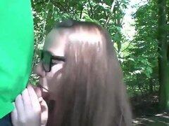 Chica alemana en el bosque