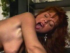 Oficina morena MILF en medias follada. Una puta de la oficina de milf está vestida con un atuendo muy seductora, que ella se la follan en su coño peludo mientras usa su látex y lencería sexy con cordones