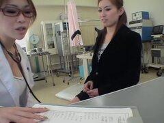 Perfecto nena Jap dildoed que duro por su ginecólogo rizado, simplemente perfecto, esta adorable chica japonesa era demasiado caliente para que no se jodan por su doc sáfica y resultó bastante grande que puede ver en este cam oculta video de sexo japonesa