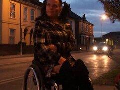 Con discapacidad Leah Caprice parpadea el coño en público