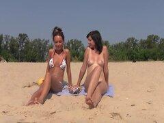 Culo de adolescente Cándido nudista desnudas en la playa pública
