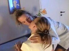 Calientes lesbianas seducen mutuamente y follar