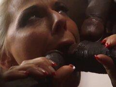 Inter racial cutie DP-ed. Inter racial DP-ed cutie obtiene boca chuparlas por shlongs negro