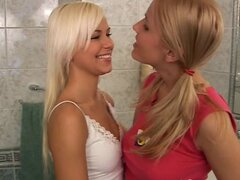 Novios adolescentes buceo muff travieso Haz muy fogosa en el baño - Evelyn D