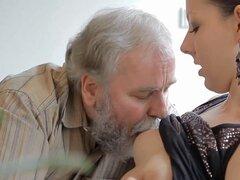 Joven cachonda lamida por un tipo viejo. Fascinante gal jóvenes consigue su coño listo para vieja polla dura
