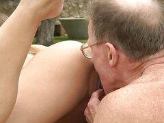 Teen le encanta un dick dudes más viejo dentro de ella